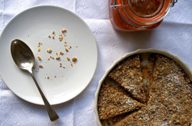 Crumbly plum tart